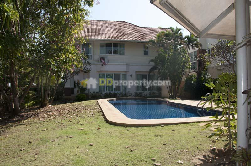 House for rent with private swimming pool close to royal for Swimming pool close to house