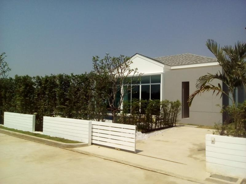 Modern house with pool for daily rental thanon phetkasem for Modern house for rent