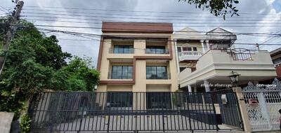 For Rent - Rent , 3 floors, 64 sq. m. , 4 office rooms, 3 bedrooms,  7 parking spaces Soi Lat Phrao 15 can connect to Ladprao Soi 1, which is the location of Union mall and Phahon Yothin MRT, shortcut to Ratchadaphisek Road.
