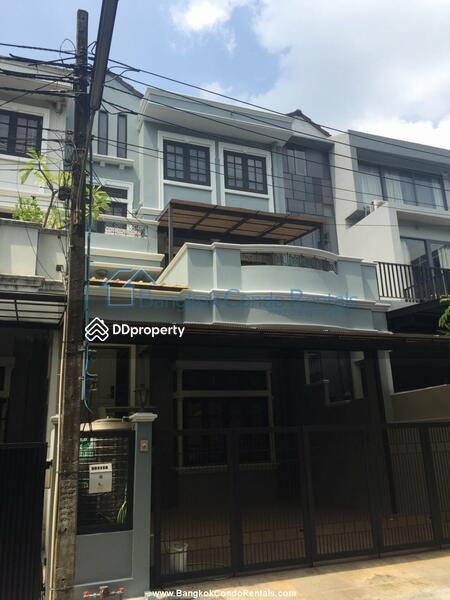 Townhouse Phra Khanong #83736566