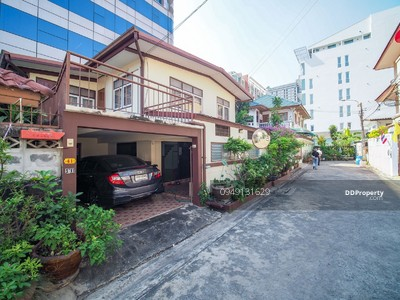 For Rent - House for rent near MRT Sutthisan, 3 bedrooms, 2 bathrooms, usable area 100 sq. m. Land 33 sq. w. Rent 25. 000 baht, contact 0949131629 Khun New