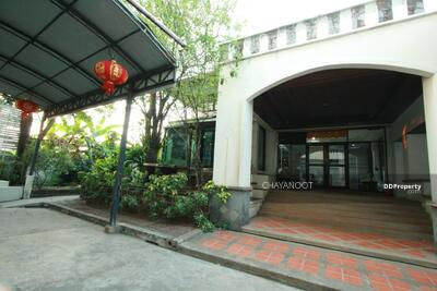 For Rent - A 6 bedroom house for rent on Sukhumvit 105 (Lasalle), 1 Km from BTS Baring.