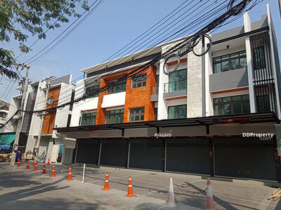 For Sale - C9MG100201 Commercial Building for sale the town center.