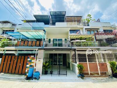 For Sale - Townhouse 3 floors, 17 sq wa, Sukhumvit 65, renovated, beautiful decoration, near BTS