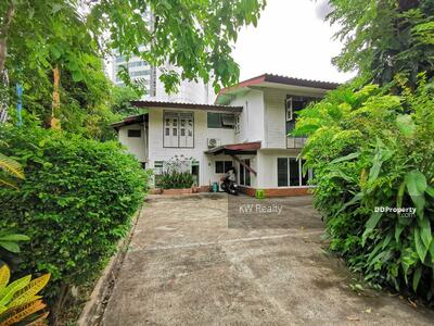 For Rent - For rent: Classic house, Sukhumvit 20, BTS Asoke/Prompong, in compound