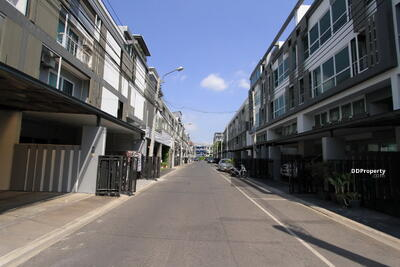 For Sale - 3-storey townhome, wide frontage In Ladprao - Mengjai