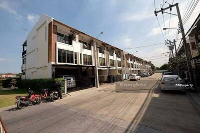 For Rent - Roomy 3-BR Townhouse near BTS Bang Chak (ID 569863)