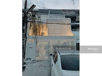 For Rent - Roomy 3-BR Townhouse near BTS Ekkamai (ID 576549)